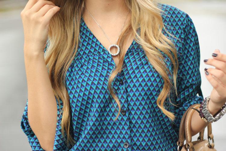 look-da-onca-etc-store-conjunto-gravataria-azul-camisa-estampada-gravataria-calca-estampada-gravataria-bolsa-caramelo-prada-sandalia-nude-vicenza2-2